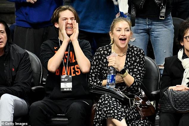 كيت هدسون مع ابنها رايدر روبنسون في مباراة لكرة السلة