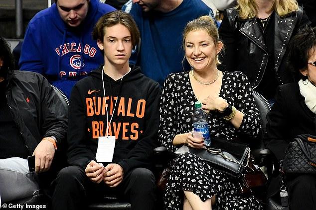 كيت هدسون مع ابنيها في مباراة لكرة السلة