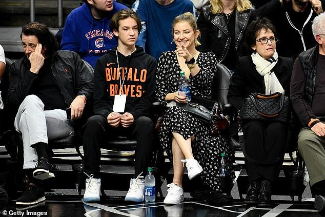 كيت هدسون تظهر جانبها الرياضى في مباراة لكرة السلة