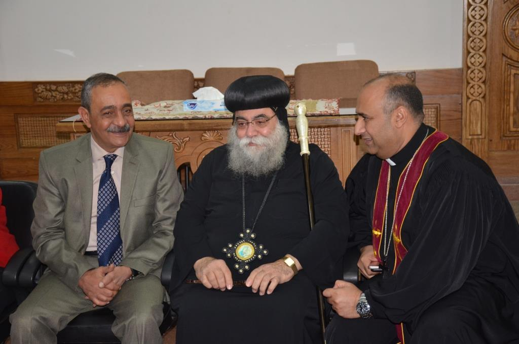 محافظ الإسماعيلية يلتقى بقياداتت كنيسة الانبا بشوى أثناء زيارته لها (6)