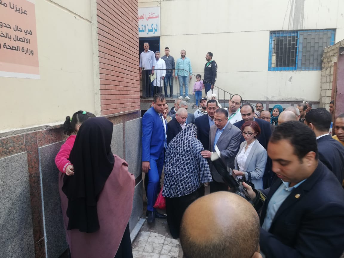محافظ الإسكندرية يتفقد مستشفى الجمهورية ومحطة التنقية بحى غرب (1)