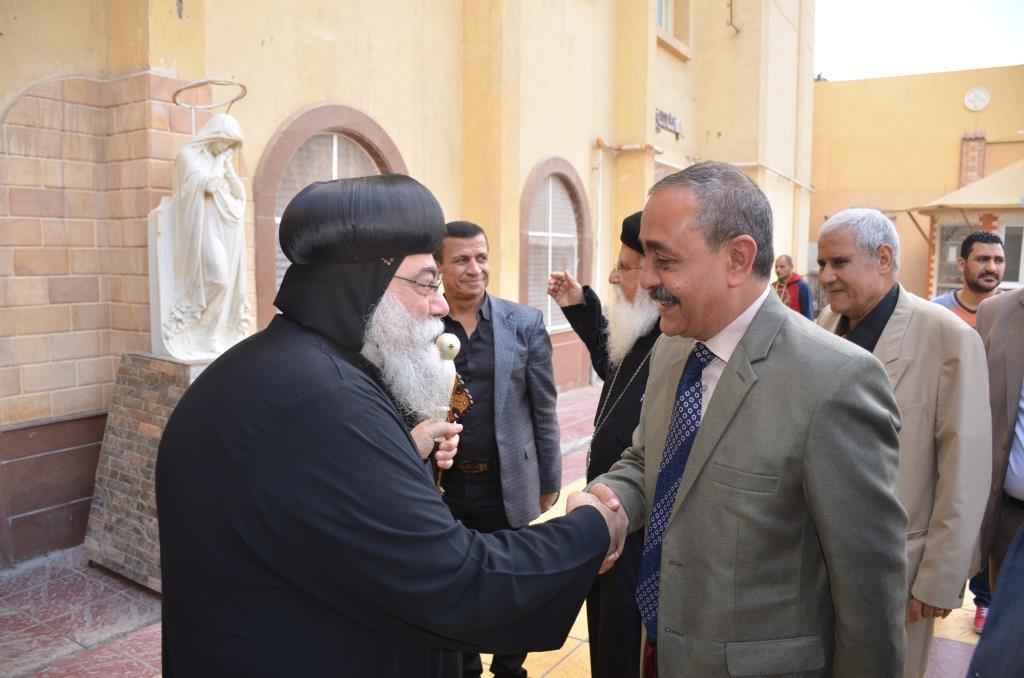 محافظ الإسماعيلية يلتقى بقياداتت كنيسة الانبا بشوى أثناء زيارته لها (1)