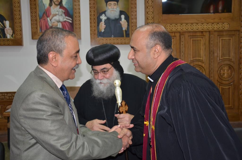 محافظ الإسماعيلية يلتقى بقياداتت كنيسة الانبا بشوى أثناء زيارته لها (7)