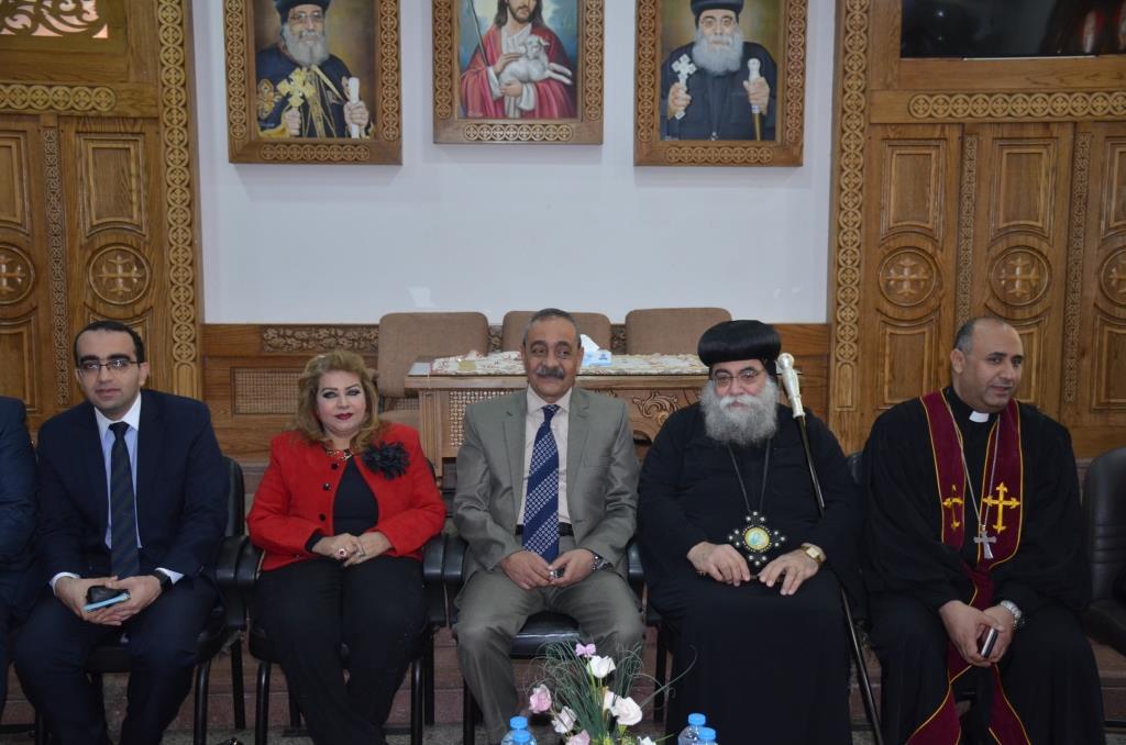 محافظ الإسماعيلية يلتقى بقياداتت كنيسة الانبا بشوى أثناء زيارته لها (5)