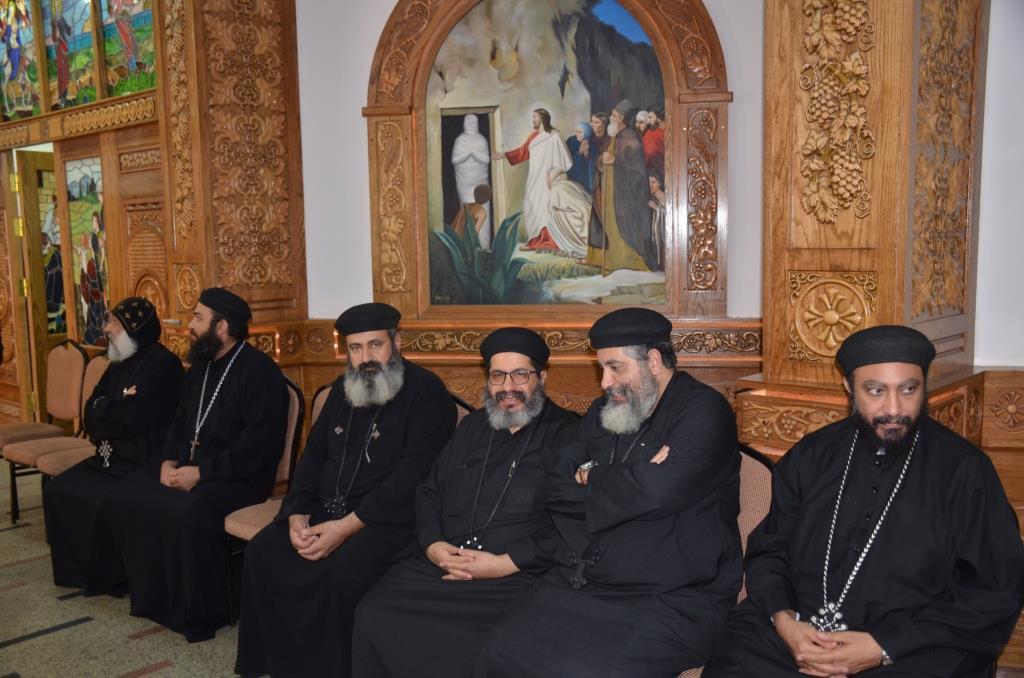 محافظ الإسماعيلية يلتقى بقياداتت كنيسة الانبا بشوى أثناء زيارته لها (3)