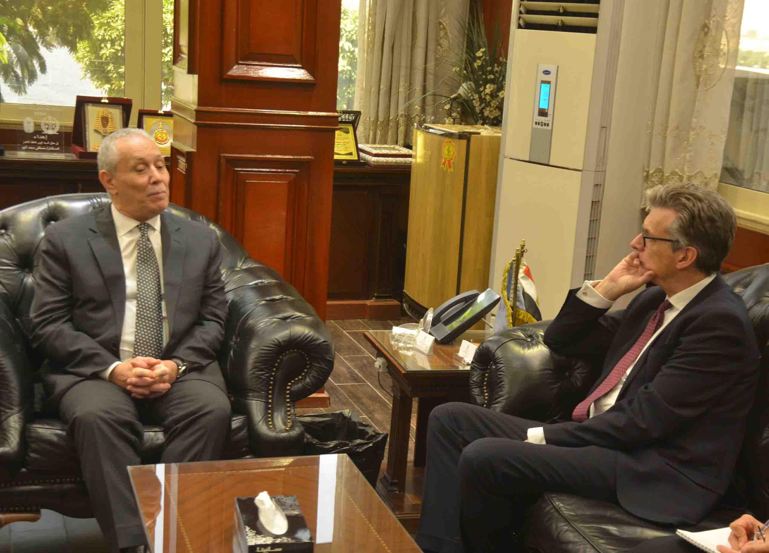 محافظ الأقصر يستقبل السفير البريطاني بالقاهرة لبحث التعاون وزيادة السائحين بالموسم الشتوي (1)