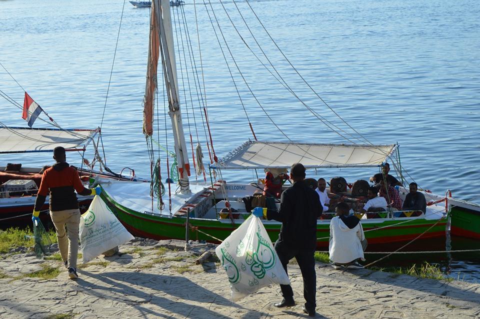 تنظيف نهر النيل من شباب الأقصر (1)