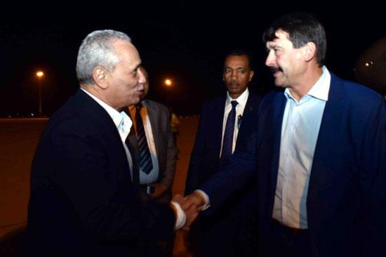 8-رئيس-المجر-لدي-وصوله-لمطار-الاقصر-الدولي