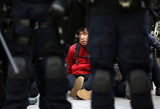 ناشط محتجر من شرطة الشغب فى هونج كونج