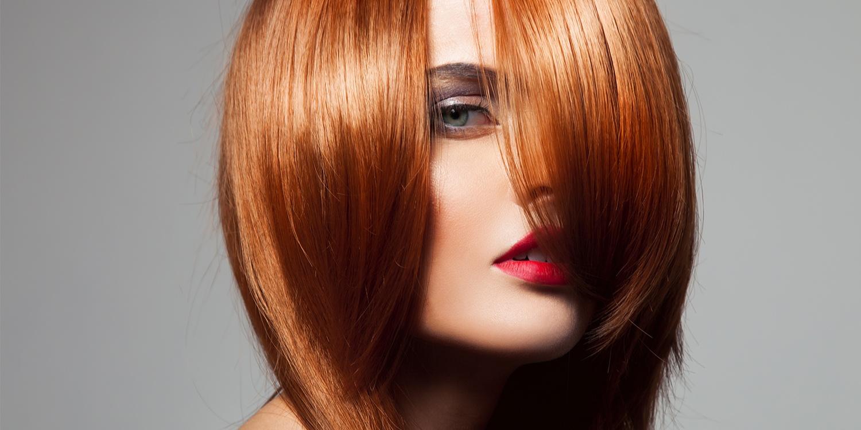 لون الشعر بالأحمر اللامع
