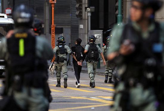 لحظة اعتقال أحد النشطاء