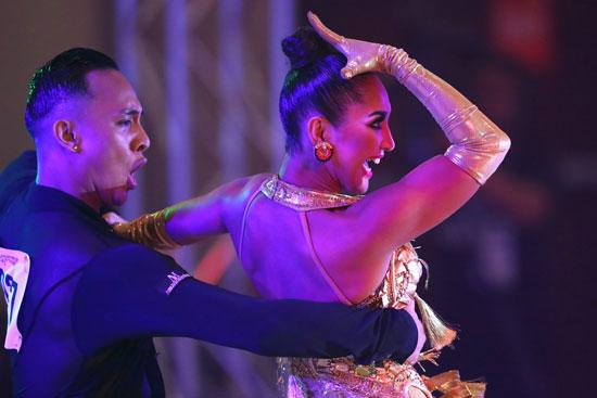 مشاركان-من-الفلبين-يقدمان-عرضا-راقصا-فى-إطار-المسابقة
