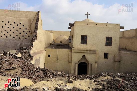 نهيار السور المحيط بالكنيسة الاثرية بدير ابوفان بمركز ملوى
