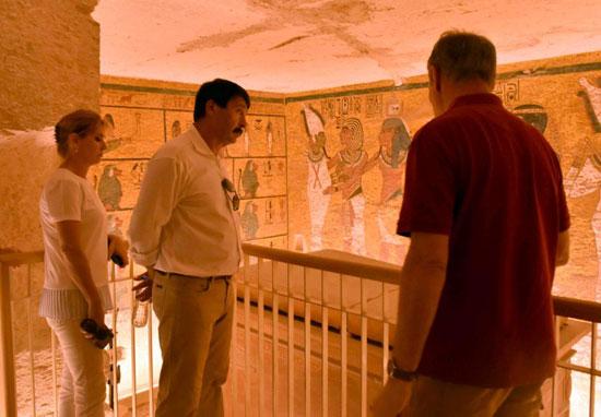5-الرئيس-المجري-يستمتع-بسحر-النقوش-الفرعونية-داخل-المقابر
