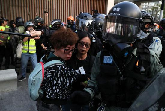 الشرطة تحيط بناشطتين فى هونج كونج