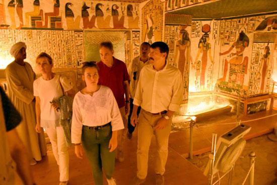 6-أسرة-الرئيس-المجري-داخل-مقابر-الفراعنة-بالبر-الغربي
