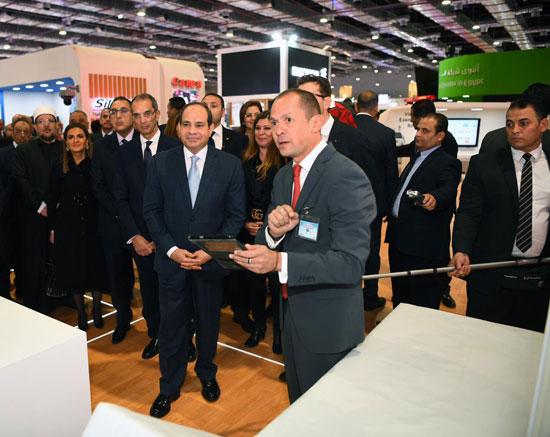 الرئيس السيسى يتفقد معرض القاهرة الدولى للاتصالات وتكنولوجيا المعلومات (7)