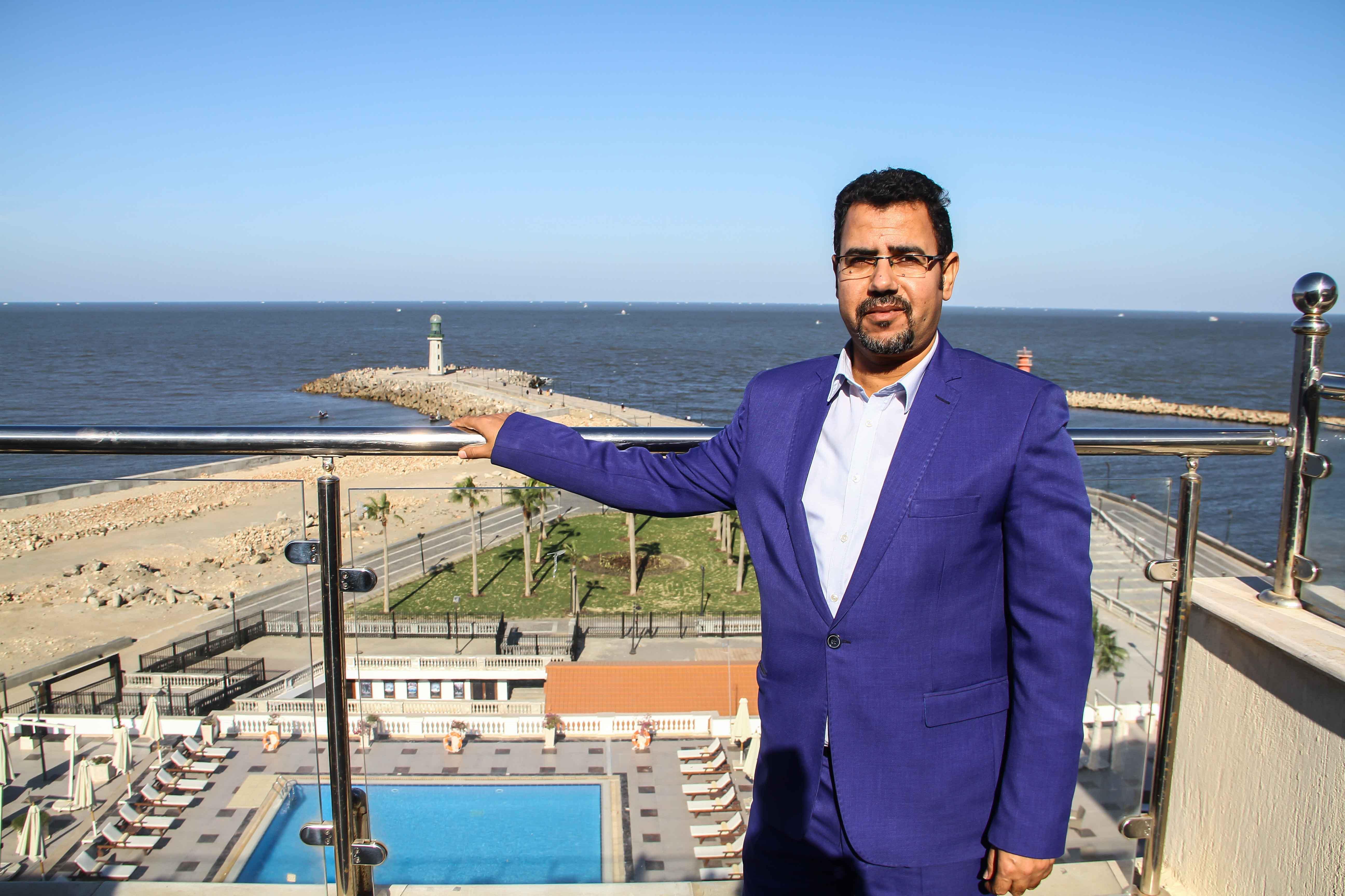 الزميل عبد الحليم سالم عند ملتقي البحرين