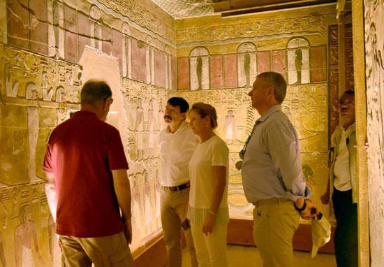3-الرئيس-المجري-يستمع-لشرح-حول-مقابر-ملوك-الفراعنة