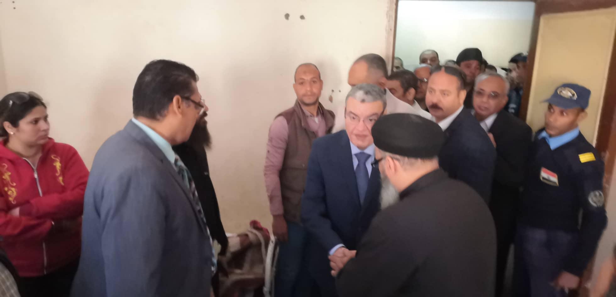 محافظ المنيا يتابع حالة المصابين في حادث انهيار سور الكنيسة الأثرية بدير ابوفانا  (4)