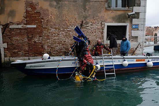 الغواصين خلال عملية التنظيف