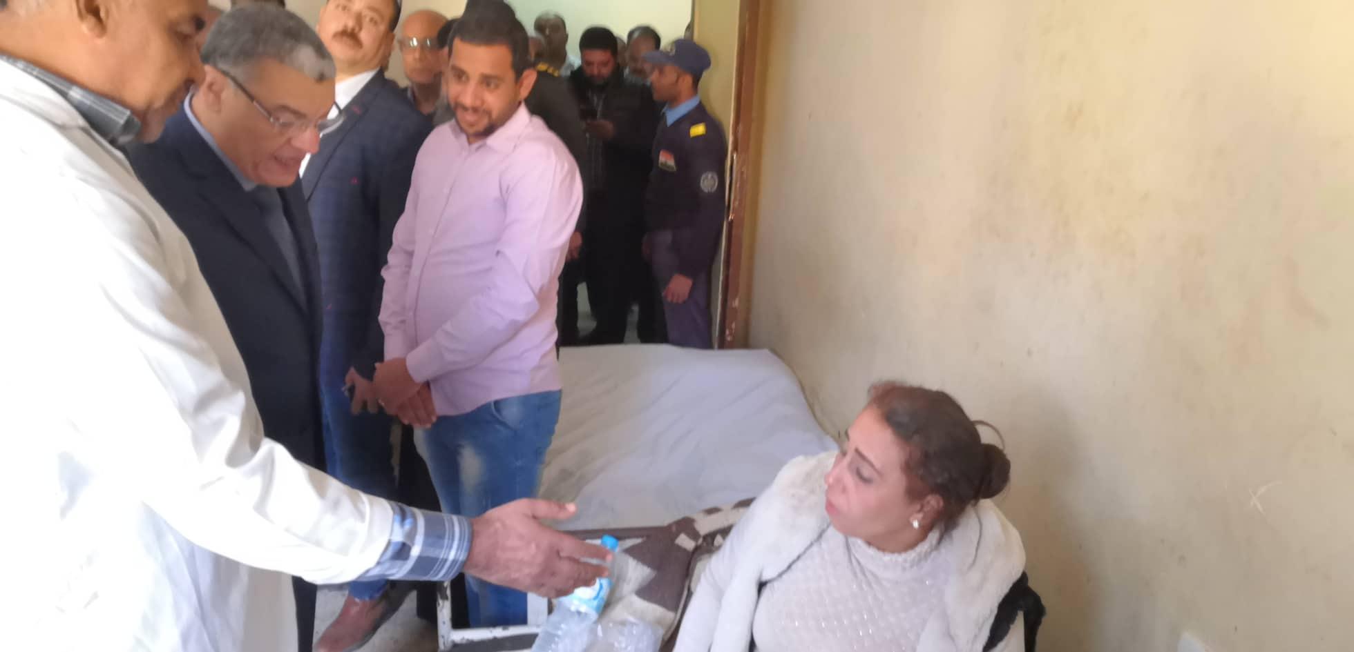 محافظ المنيا يتابع حالة المصابين في حادث انهيار سور الكنيسة الأثرية بدير ابوفانا  (1)