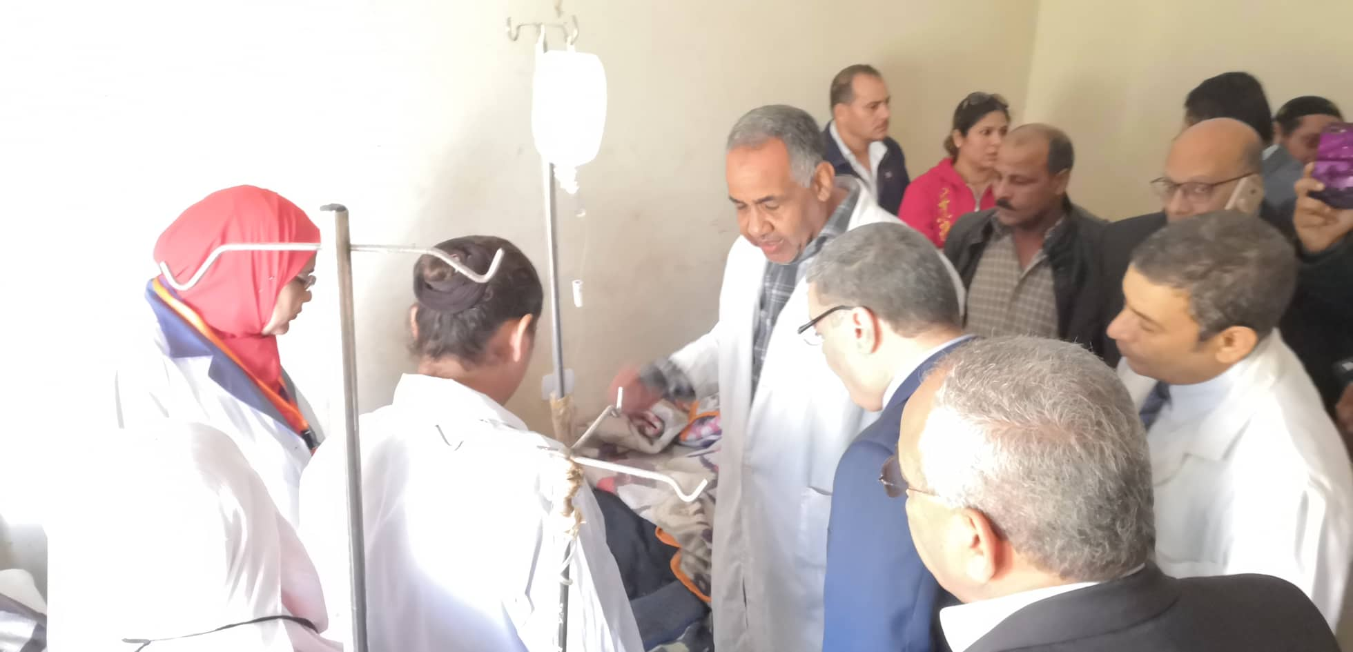 محافظ المنيا يتابع حالة المصابين في حادث انهيار سور الكنيسة الأثرية بدير ابوفانا  (3)