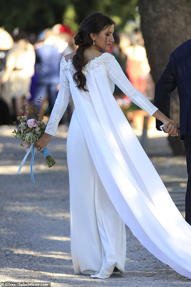 21654346-7742075-Gorgeous_Letting_her_gown_do_all_the_talking_Roberto_s_bride_kep-a-1_1575144378785