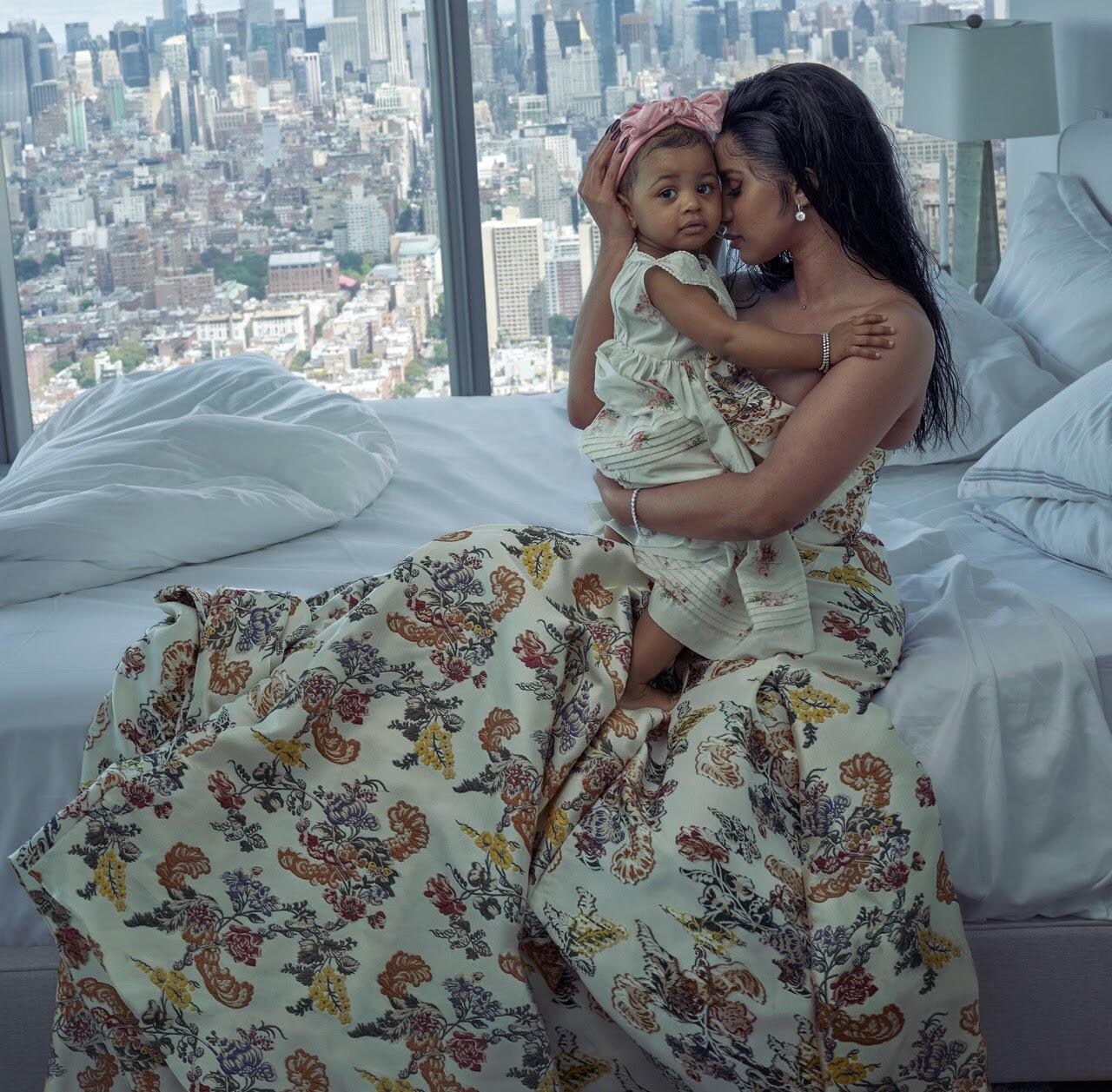 صورة مع ابنتها