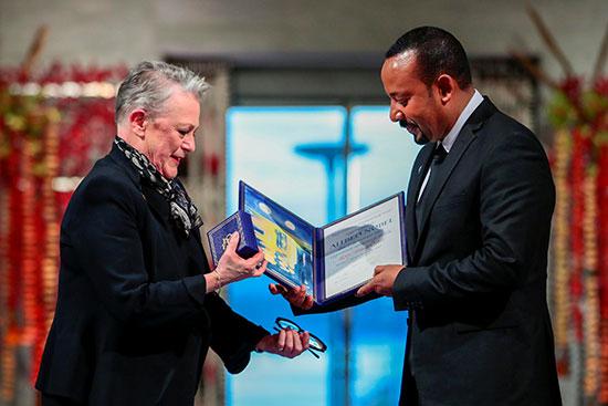 أبى أحمد يتسلم جائزة من رئيسة لجنة نوبل