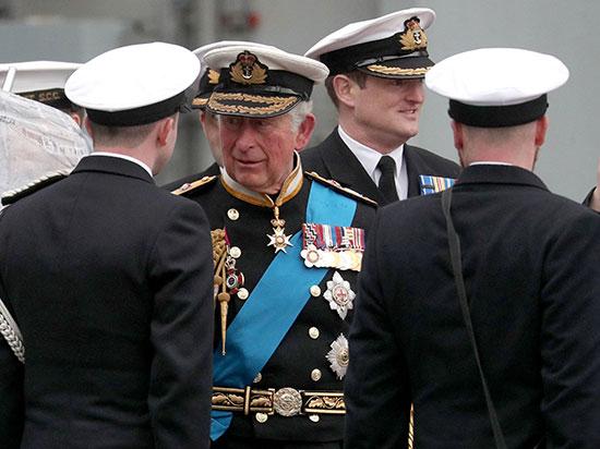 تشارلز يتحدث إلى أعضاء شركة السفينة أثناء مغادرته حفل التكليف الرسمى لصاحب السمو الملكى أمير ويلز