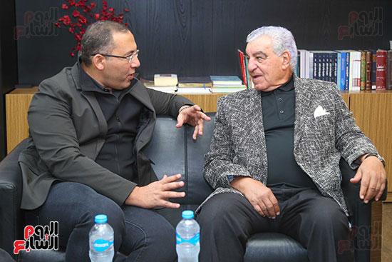 - د. زاهى حواس والكاتب الصحفى خالد