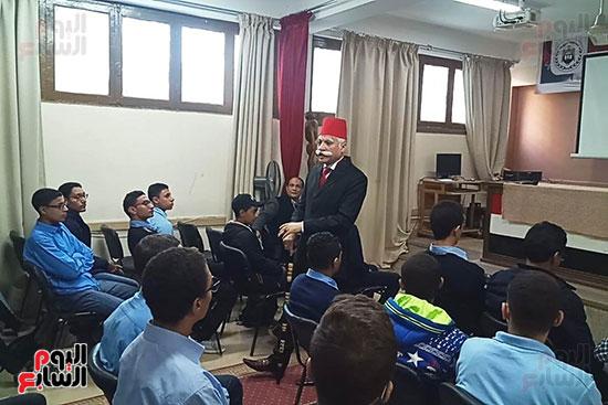مدرس تاريخ بأسيوط يجسد الشخصيات التاريخية للطلبة (10)