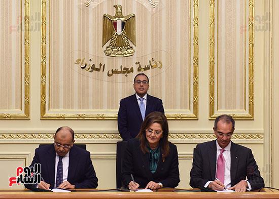 نوقيع اتفاقيات بمجلس الوزراء (4)