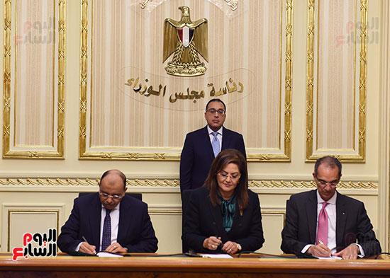 نوقيع اتفاقيات بمجلس الوزراء (5)