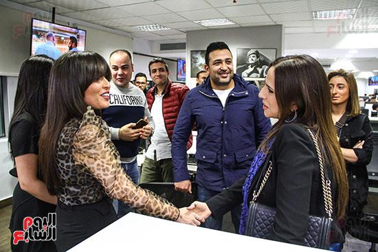 والدة مريم عامر منيب والشاعر تامر حسين فى صالة تحرير اليوم السابع