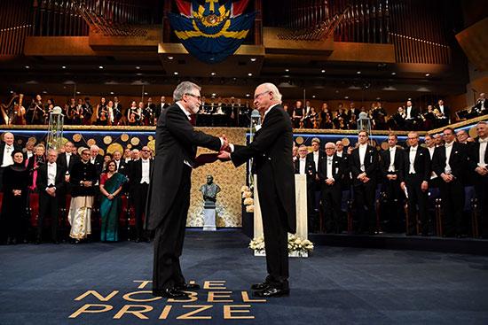 الكاتب النمساوى بيتر هاندك يصافح الملك السويدى كارل غوستاف