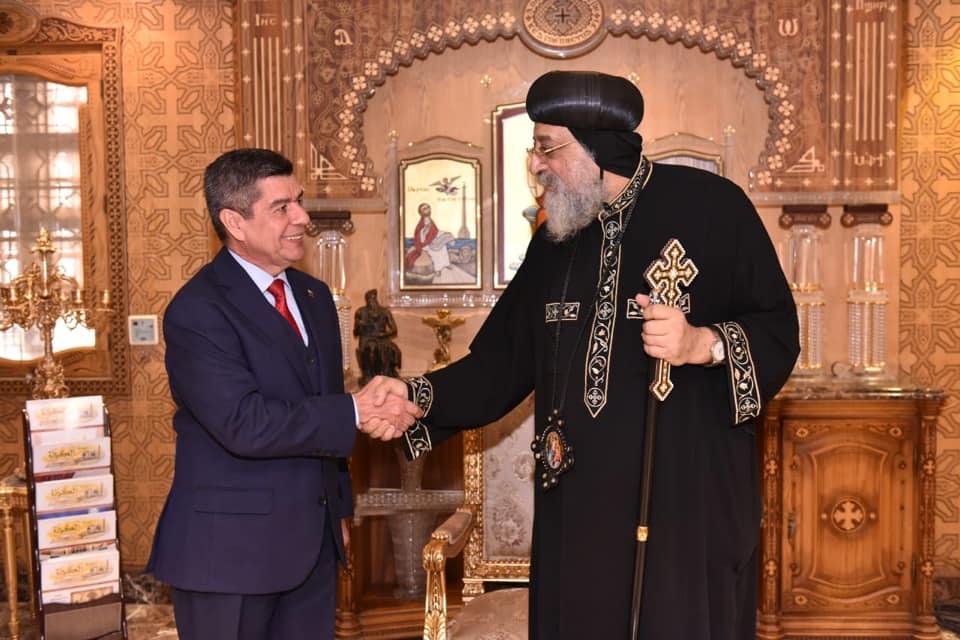 لقاء البابا تواضروس والسفير الفنزويلى (1)