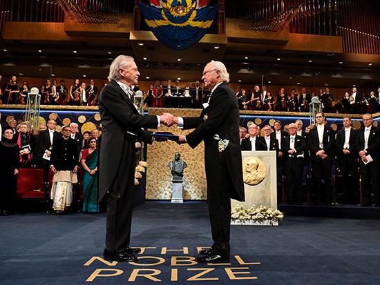 الكاتب النمساوي بيتر هاندك يتسلم الجائزة