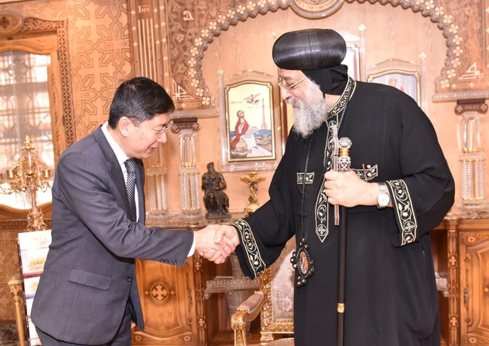 لقاء البابا تواضروس وسفير سنغافورة الجديد (4)