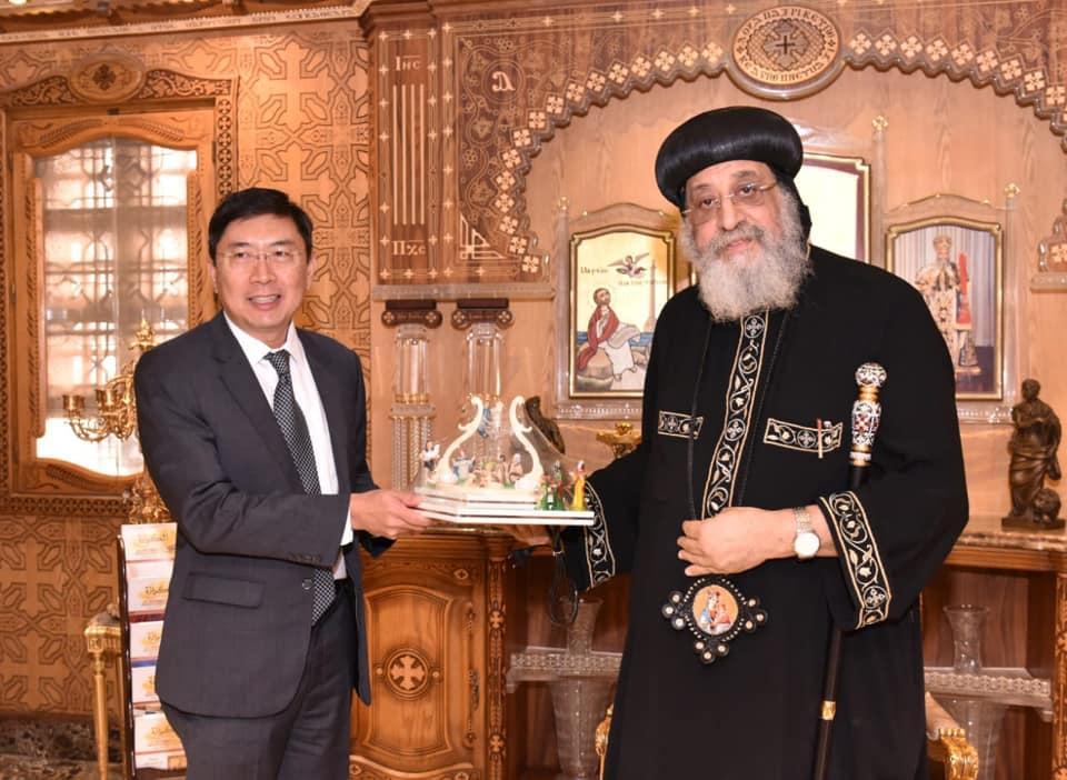لقاء البابا تواضروس وسفير سنغافورة الجديد (2)