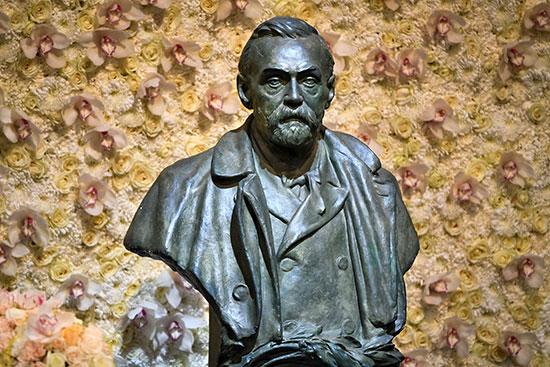 تمثال نصفى لألفريد نوبل من البرونز