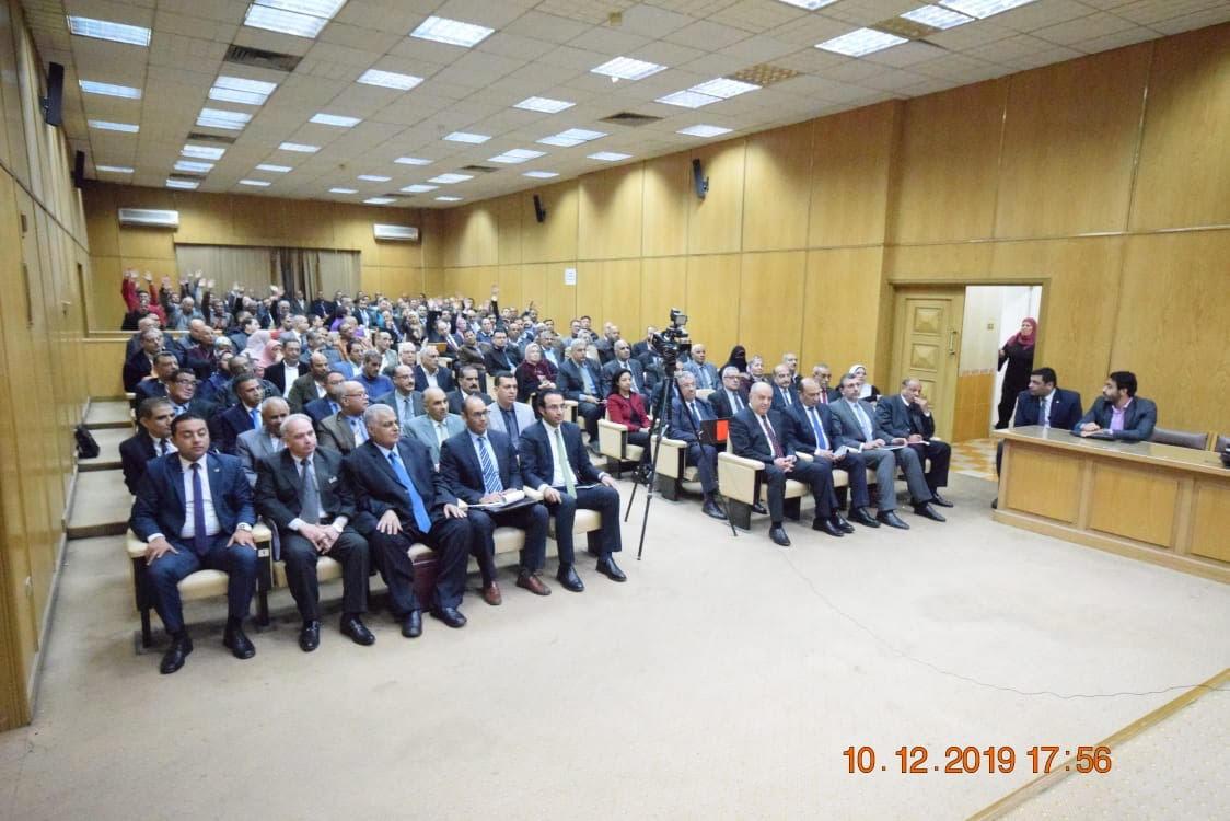 اجتماع وزير التموين وعدد من قيادات الشركات (2)