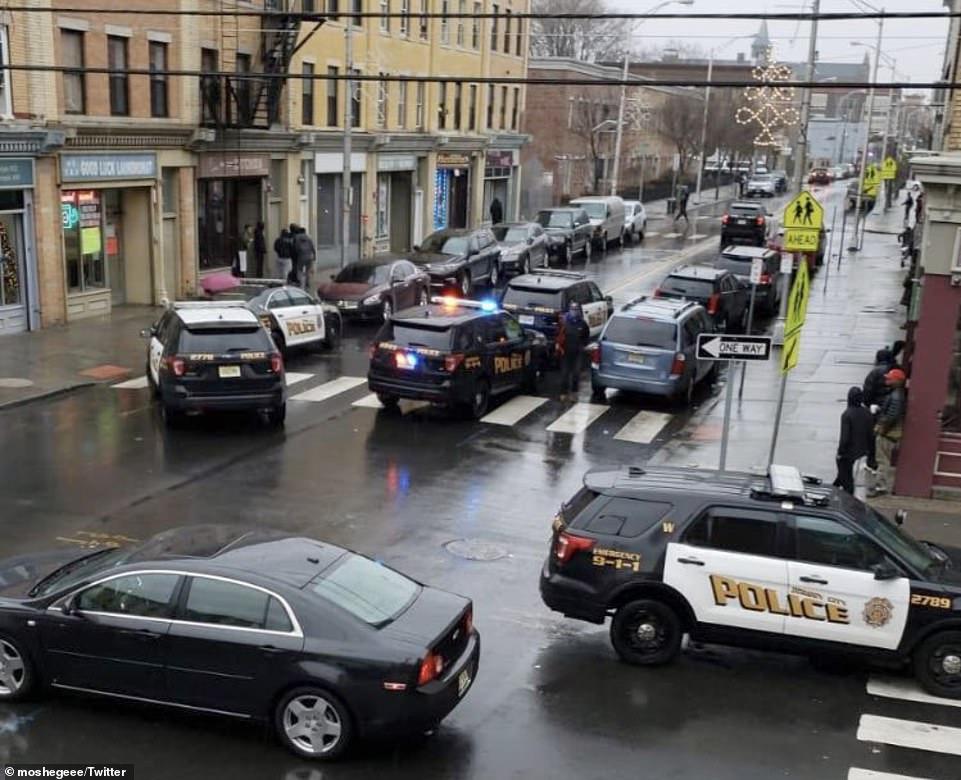 سيارات الشرطة تطوق المكان