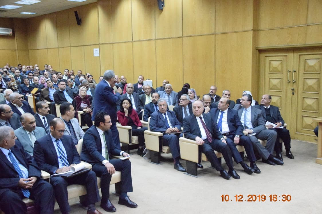 اجتماع وزير التموين وعدد من قيادات الشركات (1)