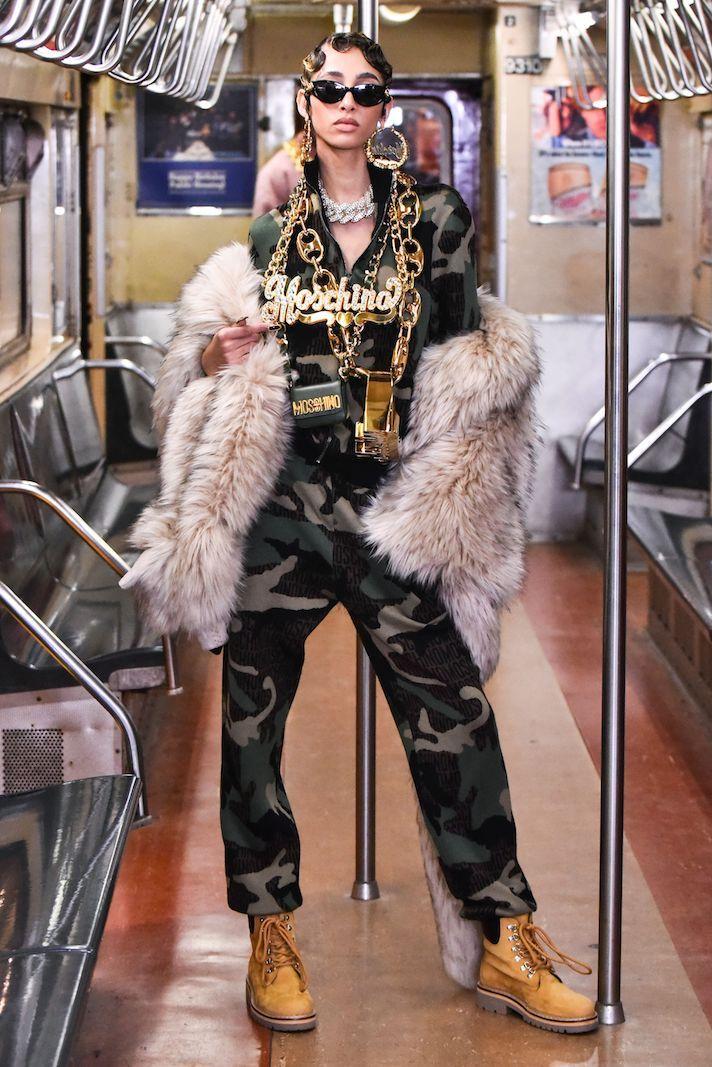 عارضة أزياء في عرض موسكينو