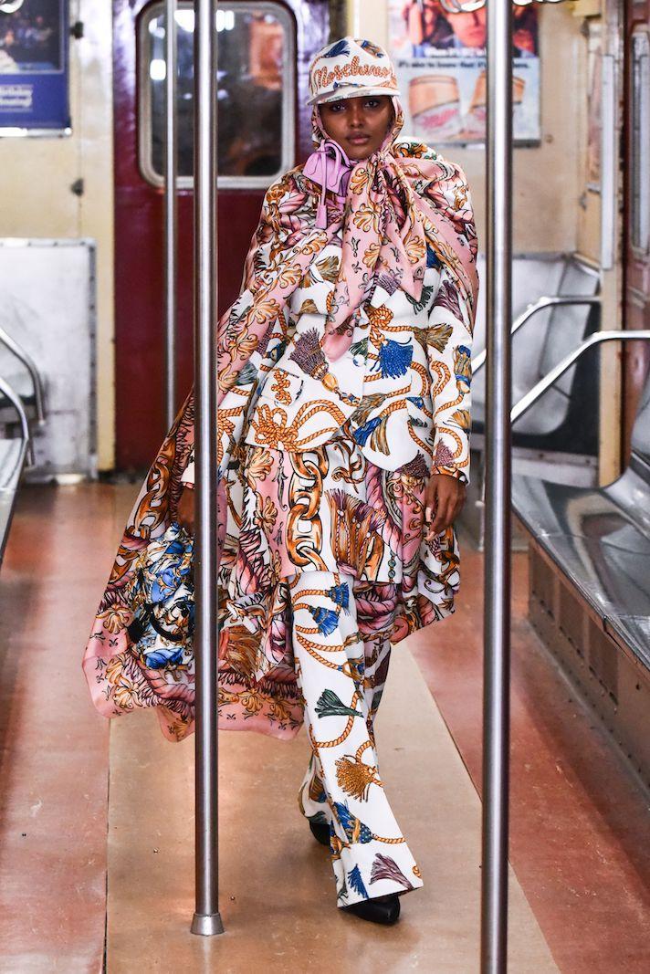 عارضة الأزياء حليمة عادن في عرض أزياء موسكينو