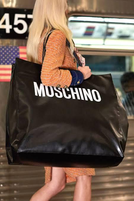 حقيبة ضخمة في عرض أزياء موسكينو