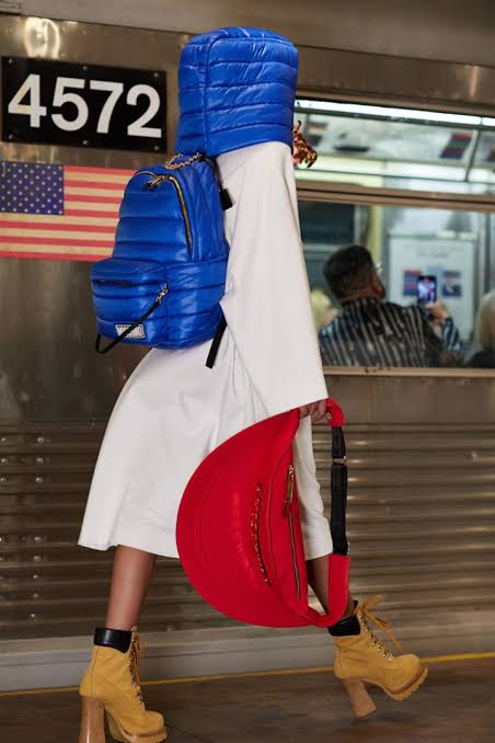 عارضة أزياء ترتدي حقيبة مع خطاء للرأس
