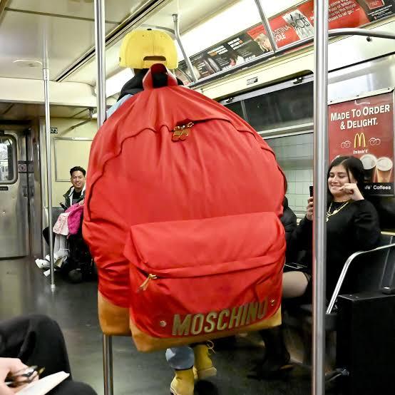 حقيبة عملاقة في عرض أزياء موسكينو
